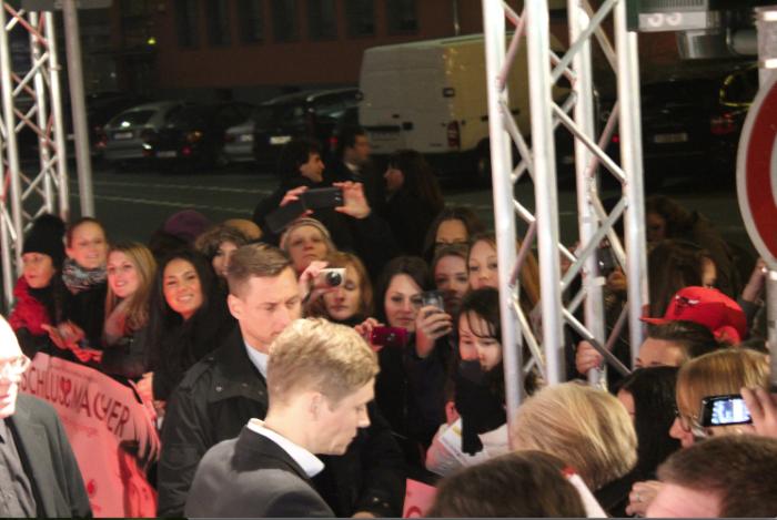 Matthias Schweighöfer auf dem roten Teppich bei der Frankfurter Premiere von Schlussmacher beim Cinestar Metropolis umgringt von Mädchen
